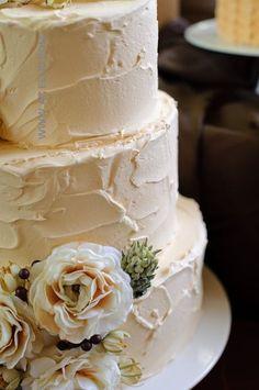 Simple and adorable vintage wedding cake - Un pastel vintage simple y con textura en tono durazno suave.