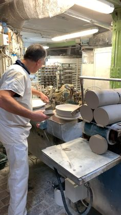 Newest Photo Pottery Designs videos Suggestions An exciting opportunity to go behind the scenes and discover the craft and skillset needed to creat Clay Studio, Ceramic Studio, Ceramic Clay, Ceramic Pottery, Pottery Kiln, Studio Layout, Studio Setup, Studio Ideas, Crafts