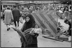 Piața Unirii, mai 1975 foto:Martine Franck/Magnum Photos  Martine Franck (2 April 1938 – 16 August 2012), fotograf belgian, membru al Magnum Photos timp de peste 32 de ani. A fost cea de a doua soție a lui Henri Cartier-Bresson și a fondat, împreună cu acesta, Henri Cartier-Bresson Foundation.Au vizitat împreună Bucureștiul, în 1975.