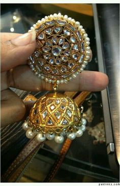 Kundan kante Royal Jewelry, India Jewelry, Gold Jewelry, Jewelery, Gold Necklaces, Gold Earrings, Indian Jewellery Design, Jewelry Design, Indian Wedding Jewelry