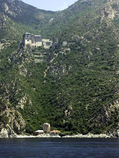 Simonopetra monastery, an Eastern Orthodox monastery in the monastic state of Mount Athos, Greece.interesting and odd Beautiful Buildings, Beautiful Places, Oh The Places You'll Go, Places To Visit, Myconos, Macedonia Greece, Beau Site, Church Architecture, Le Palais