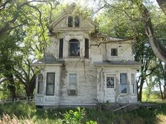 Abandoned house. It just saddens me to see these beautiful homes in this state.  Wish I had lots of money to save them all!