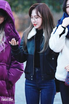 """""""girls dont want boys, girls want Son Seungwan (Wendy); a thread"""" Wendy Red Velvet, Red Velvet Irene, Seulgi, Lucy Hale Style, Baby Buns, Korean Artist, Airport Style, Airport Fashion, Peek A Boos"""