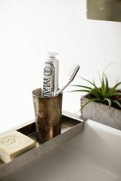 Il dentifricio piu' cool e' Marvis: Italian Toothpaste Rustic Bathroom Decor, Bathroom Interior, Bathroom Styling, Bathroom Inspiration, Interior Inspiration, Bathroom Ideas, Bathroom Designs, Bookshelf Inspiration, Bathroom Tray
