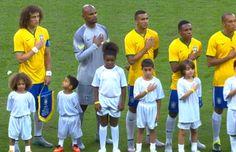 Sósias de David Luiz e Thiago Silva cantam hino com a seleção brasileira #globoesporte
