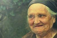 عجوزة مبتسمة