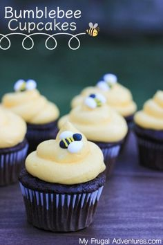How to make adorable Bumblebee cupcakes- perfect for Spring, Garden parties, Baby Showers, Winnie the Pooh parties and more. (food to make sweet) Pooh Baby, Winnie The Pooh Birthday, Winnie The Pooh Cake, Bumble Bee Birthday, Baby Birthday, 1st Birthday Cupcakes, Spring Birthday Party Ideas, Girl Birthday Cupcakes, Spring Party