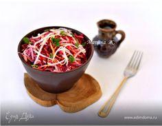 Изюминка этого салата — в ярко выраженном нежном вкусе сочной кольраби и поджаренных (!) семенах кунжута, которые придают салату неповторимую ореховую нотку.