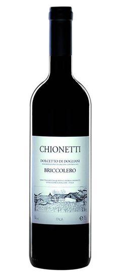 Chionetti | Dogliani 'Briccolero', 2013 Het komt bijna niet voor dat een wijn met de appelatie 'Dogliani' de maximale score krijgt van de gerenommeerde Italiaanse wijngids Gambero Rosso. Veel wijnen uit Dogliani worden in de schaduw van de alom gelauwerde Barolo gemaakt en krijgen daarom niet de aandacht van het grote publiek die ze verdienen. Deze 'Briccolero' krijgt elk jaar de maximale score en is in Italië een heus fenomeen. Tijd dat Nederland kennis maakt met deze uitzonderlijk fijne…