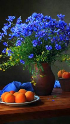Stunning juxtaposition of cornflowers and peaches.