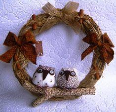 Guirlanda de palha com corujas e fitas,simbolo da sabedoria e boa sorte para seu lar.
