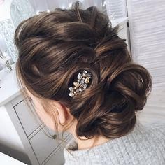 Chic wedding updo for curl hair   Updo Wedding Hairstyles Photos - These stunning updos wedding hairstyle for medium length hair are perfect for formal