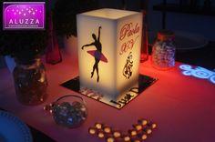 BALLET XV AÑOS. base de espejo de 20x20cm leyenda Just dance en color negro y siluetas de zapatillas de ballet en color rosa claro, 1 pantalla de cera de 12x12cm de base x 19cm de alto con 3 caras con la silueta de bailarina de ballet en color negro con tutu color rosa claro y 1 cara con el nombre de la festejada en color rosa y leyenda XV y silueta de zapatillas de ballet y vela tea light para iluminarla. #aluzza #xvaños #centrodemesa #fiestatematica #ballet #bailarina