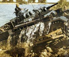 panzers III de la 18e Panzerdivision franchissant, à l'aide du Schnorchel, la rivière du Bug occidental. Le franchissement de la ligne de démarcation germano-soviétique qui séparait le Reich de l'URSS depuis l'invasion de la Pologne et son équivalente soviétique était éminemment symbolique pour l'opération Barbarossa ; la propagande se targua d'une première dans l'utilisation des véhicules amphibies.