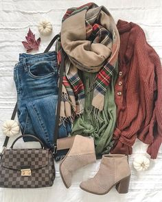 winter outfits comfy Military green or rust top skinny jeans sand color perforated booties taupe c Tenues Cute Fall Outfits, Winter Fashion Outfits, Fall Winter Outfits, Look Fashion, Autumn Winter Fashion, Trendy Fashion, Cool Outfits, Womens Fashion, Fashion Shoes
