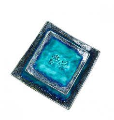 Ceramiczny komplet deserowy, wersja z większą paterą [25 x 25 cm] oraz sześcioma większymi talerzykami [17 x 17 cm]. Szkliwa przeznaczone do kontaktu z żywnością, wypalane w 1060 stopniach. Kolorystyka: środki turkusowe z efektem spękań crackle; brzegi i spód odcienie granatu, srebra, zieleni, niebieskiego. Uwaga - na każdym talerzu układ szkliw jest nieco inny, przez co każda sztuka jest niepowtarzalna. Zdobione motywem roślinnym, z ptaszkiem.  Zestaw idealny na ślubny prezent.  Wysyłam z…