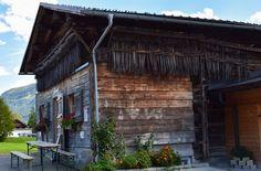 Wozu dienen die Stangen, die an der Fassade aufgehängt sind?  ... #kleinwalsertal #austria
