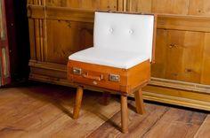 Christian Menardi Creations : Poltrona valigia 999,00$ | DolomitiHeart.it  Valigetta da viaggio trasformata in una piccola sedia. Schienale e seduta imbottiti e rivestiti in eco-pelle bianca. Dimensioni: H70 x 50 x 40 #travel, #vintage #leather #leder #luggage #wood #Dolomites #Craftsmen #MadeInItaly