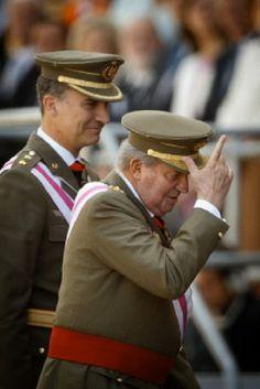 King Juan Carlos and Crown Prince Felipe, left, attend a military ceremony in San Lorenzo de El Escorial, outside Madrid, Spain, 03.06.2014.