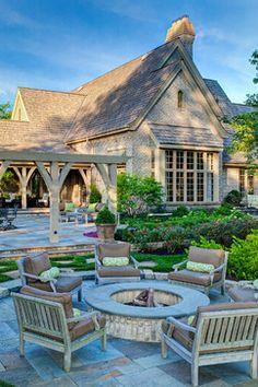 Un salon de jardin autour d'un braséro, rien de tel pour l'ambiance