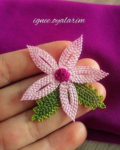 Hayırlı akşamlar olsun bu modelin her rengini sayfamda görmeye hazır olun 😂❤️❤️ . . .… Crochet Borders, Needle Lace, Crochet Flowers, Tatting, Needlepoint, Needlework, Brooch, Amigurumi, Oya
