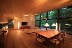 斜面を受け止める家: 株式会社sum designが手掛けた壁・フローリングです。
