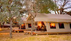 Unyati Safari Lodge is slegs 30 minute se ry vanaf die bekende Krugerwildtuin. Dié lodge is ideaal tussen Swaziland, Mosambiek en die Kruger geleë en die perfekte verblyf vir enkelreisigers en groepe. Unyati is die toonbeeld van outentieke safari-verblyf en die wild beweeg vrylik op die privaat wildreservaat rond. Verblyf word in en suite-safaritente en grasdakchalets aangebied. South Africa, Safari, Tent, House Styles, Travel, Hu Ge, Store, Viajes, Tents
