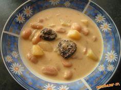 Polievka z bielej fazule a sušených sliviek.