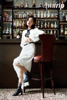 Li Yitong poses for photo shoot Poses For Photos, Dress Outfits, Celebs, Singer, Photo Shoot, Entertaining, China, Actresses, Female