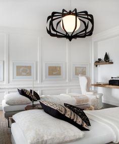 Une Chambre douce et naturelle, soulignée de noir, suspension noire | soft and natural Bedroom with splash of black, désigned By Michael del Piero