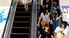 Singapur sube y baja: escaleras mecánicas y una cámara fija