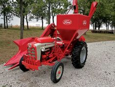 Ford 1-row mounted corn picker/sheller pairs up with Ford 861 LP.