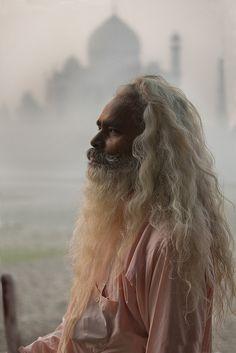 Sadhu voor de Taj Mahal. Kijk voor meer reisinspiratie op www.nativetravel.nl