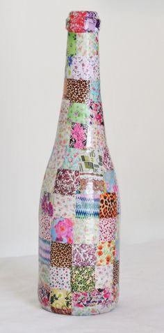 Garrafa reutilizada, pintada, revestida com papel, delicadamente trabalhada em patch work. Produto Decorativo <br>Com carinho para enfeitar qualquer ambiente. Glass Bottle Crafts, Wine Bottle Art, Painted Wine Bottles, Diy Bottle, Liquor Bottles, Bottles And Jars, Glass Bottles, Recycled Crafts, Diy And Crafts
