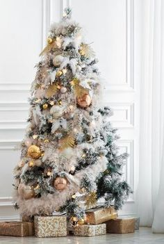 If you're looking to switch up your holiday decor, a great place to start is with your Christmas tree. Read on for statement-making decoration ideas. Full Christmas Tree, White Artificial Christmas Tree, White Christmas Tree Decorations, Christmas Mantels, Christmas Images, Xmas Tree, Christmas Fun, Elegant Christmas, Victorian Christmas