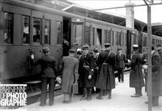 Guerre 1939-1945. Départ de Juifs pour le camp d'internement de la région d'Orléans (Loiret), sous la conduite de gendarmes français. Paris, gare d'Austerlitz, mai 1941.