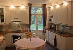 Valkoinen väri on valoisa ja raikas. Näyttävä kuppivedin sopii hyvin maalaisromanttiseen tunnelmaan. Korkea huonekorkeus mahdollisti että korkeiden kaappien päälle saatin kauniit kaarivalaisimet mitkä ovat samaa sävyä vetimien kanssa. Kitchen Cabinets, Home Decor, Decoration Home, Room Decor, Cabinets, Home Interior Design, Dressers, Home Decoration, Kitchen Cupboards