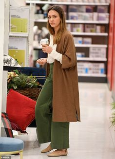 Jessica Alba seemed to be ahead of the curve when it came to dressing up her home, with the Sin City actress seen checking out Christmas decorations in Target on Wednesday - a day before Thanksgiving. Jessica Alba Outfit, Jessica Alba Casual, Jessica Alba Style, Cool Outfits, Casual Outfits, Fashion Outfits, Womens Fashion, Mein Style, Fashion Capsule