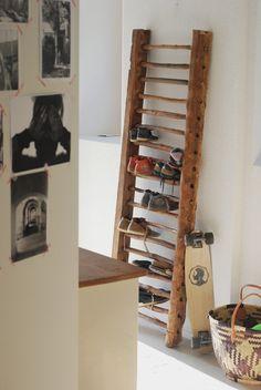 DIY ladder for shoes in the hallway - Diy Möbel und Heimwerken - Chemistry Informations Diy Ladder, Ladder Decor, Diy Garden Decor, Diy Home Decor, Decor Crafts, Diy Shoe Rack, Shoe Storage, Floating Shelves Bathroom, Ideias Diy