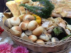 Basket full of bread.... www.tenutadiferento.com Pan Bread, Bella, Tablescapes, Catering, Food And Drink, Appetizers, Basket, Party Ideas, Entertaining
