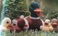 En stolt andefar viser for første gang sit yndige forårskuld frem for alle Hendes Verdens hækleglade dyrevenner. Crochet Birds, Love Crochet, Crochet For Kids, Crochet Animals, Crochet Crafts, Crochet Toys, Crochet Baby, Baby Barn, Crochet Keychain