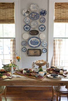 Wonderful combinations – china plates, silver trays, woven wood shades, café cu… – Finance tips for small business Plate Wall Decor, Plates On Wall, Casas Shabby Chic, Hanging Plates, Vintage Plates, Vintage China, Antique Plates, Vintage Dishes, Vintage Pyrex