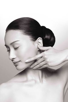 A brand adored by the A-list and beauty editors alike, SUQQU's Gankin massage is a skincare game-changer Beauty Secrets, Beauty Hacks, Lisa Eldridge, Facial Muscles, Face Massage, Beauty Shots, Medicinal Herbs, Luxury Beauty, On Set