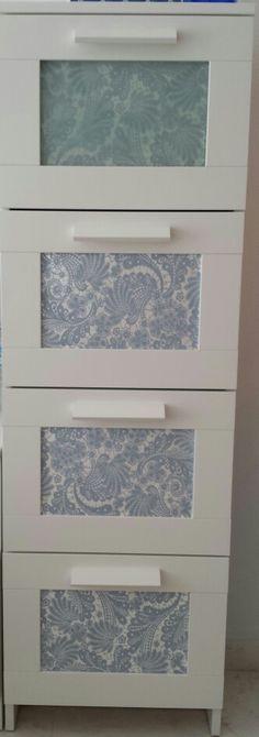 Con un bonito papel pintado puedes transformar la serie brimnes d ikea siempre que quieras.