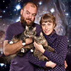 Couples that prove love comes in all shapes and sizes. More at Awkward Family Photos. Family Christmas Pictures, Christmas Couple, Merry Christmas To All, Holiday Photos, Christmas Cards, Gamer Couple, Cat Couple, Awkward Family Photos, Family Humor