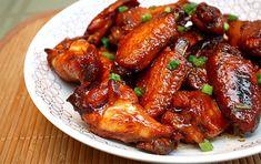Сегодня мы познакомим вас с вкуснейшим рецептом приготовления куриных крылышек. Готовить мы будем их в соусе и на сковороде. В результате крылышки будут с аппетитной корочкой и очень сочные. Такие крылышки подают с вкуснейшим клюквенным соусом. Рецепт приготовления такого соуса смотрите по ссылке.