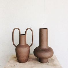 Terracotta Decor and ceramic vases. Neutral interiors brought to life with terracotta vases. Ceramic Clay, Ceramic Vase, Ceramic Pottery, Slab Pottery, Pottery Vase, Earthenware, Stoneware, Terracotta, Keramik Design