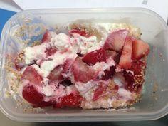 Fresas con Yogurt Griego y amaranto inflado (Tal vez se ve un poco desagradable pero sabe delicioso)