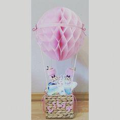 Mal ein anderes Geschenk zur Geburt :) ein Heißluftballon mit Allerlei nützlichem. Alles selbst zusammen gesucht & gebastelt. :)