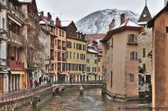 Vue sur la vieille ville d annecy sous la neige